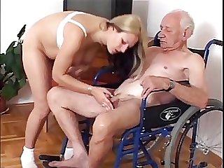 старик трахает молодую в туалете - 9